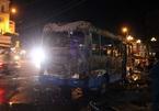 Xe đưa đón công nhân đột nhiên xẹt lửa, bốc cháy trơ khung