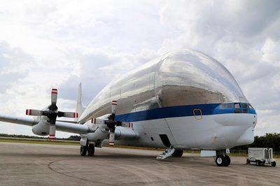 """Cận cảnh máy bay """"khủng"""" chuyên chở tàu vũ trụ Mỹ"""