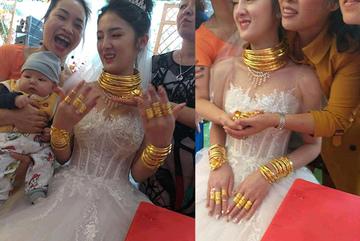 Cô dâu đeo vàng trĩu cổ, người thân phải bốc cả vốc vàng 'đỡ đần'