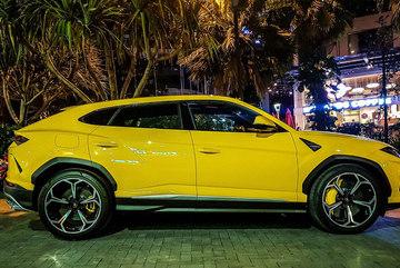 Lamborghini Urus màu vàng đặc trưng xuất hiện trên phố TP.HCM