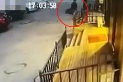 Phẫn nộ cảnh cha mang con 3 tuổi vứt bỏ ngoài cửa hàng