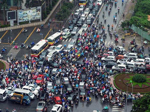 TS. Nguyễn Việt Hà: 'Người Hà Nội mua ô tô chỉ mất 4 năm'