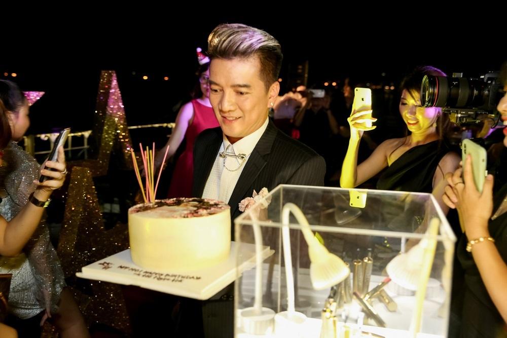 Hồ Ngọc Hà tưng bừng đón tuổi 35 bên Đàm Vĩnh Hưng, Hương Giang