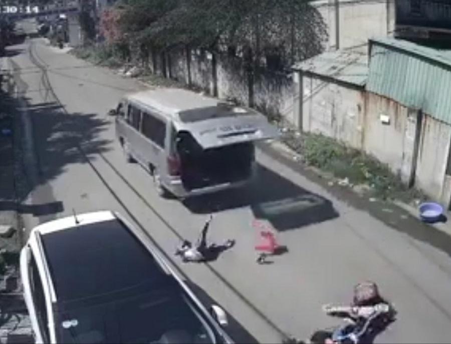 Ô tô vào cua, bung cửa sau văng 3 học sinh xuống đường