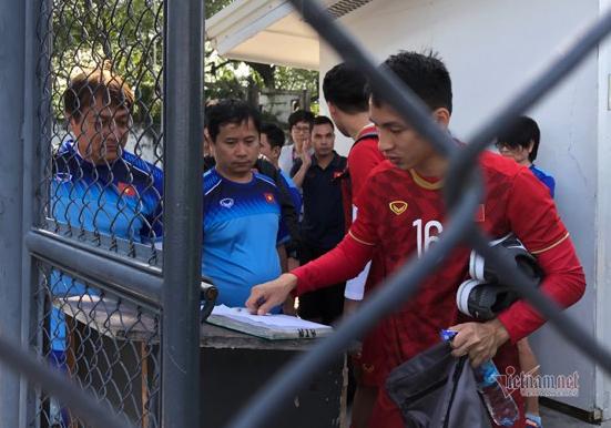 U22 Việt Nam phải... điểm danh, ký tên mới được tập luyện