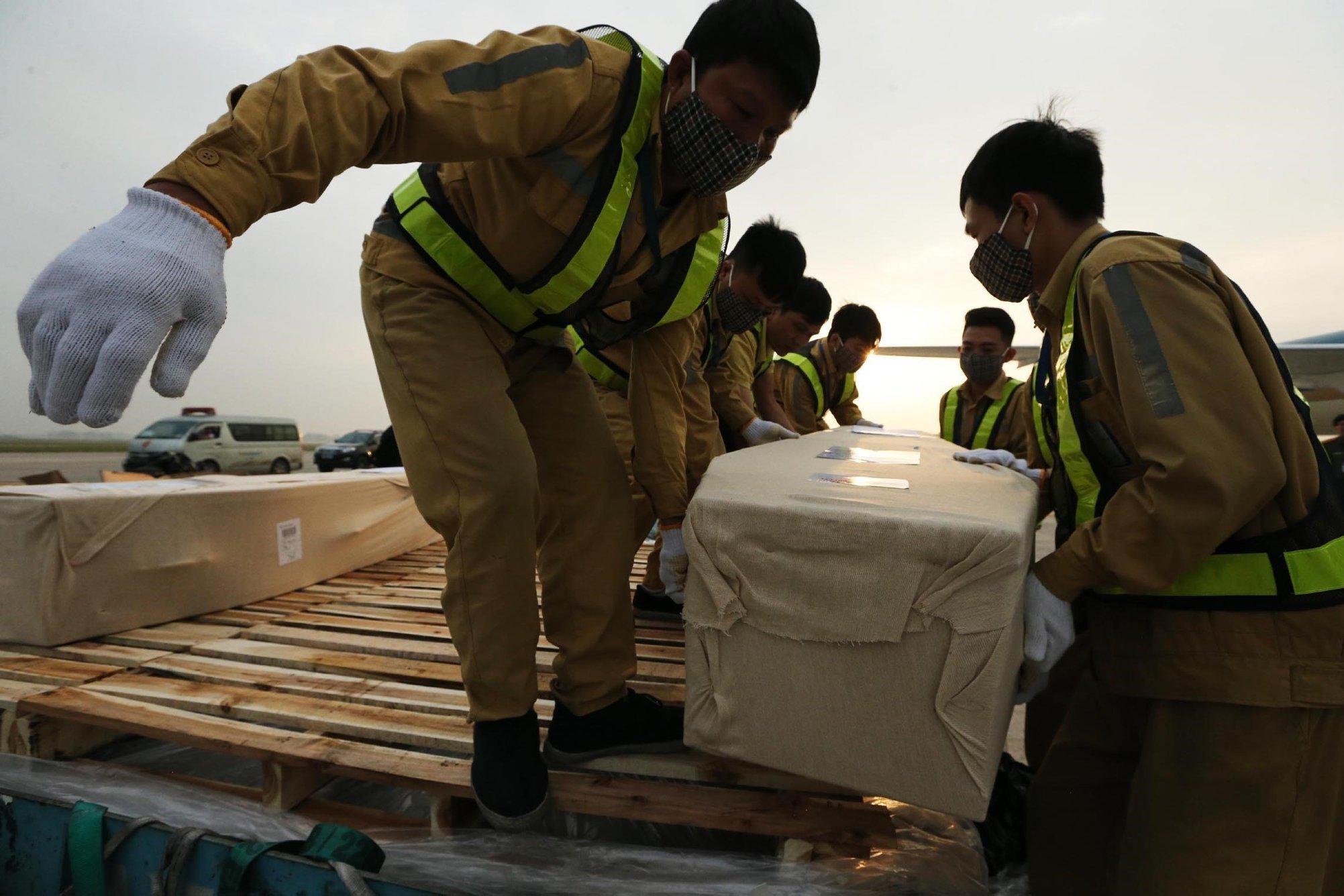 Gần một nửa số nạn nhân thiệt mạng trong container ở Anh được đưa về nước