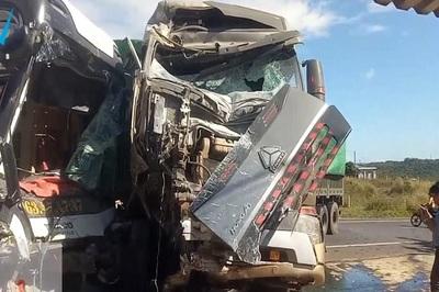 Xe container tông trời giáng, phụ xe khách mất mạng, cả loạt người ngất xỉu