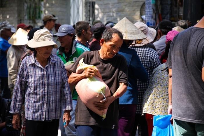 Ngọc Sơn phát gạo, tiền cho người dân ở biệt thự trăm tỷ