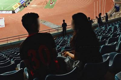Bại lộ chuyện ngoại tình với cô bồ xinh đẹp sau một trận bóng đá