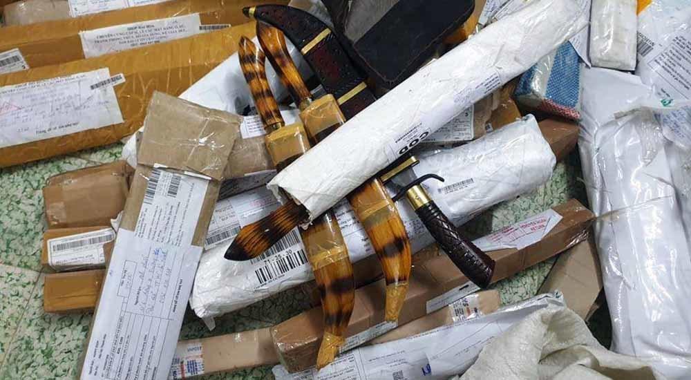 Phát hiện cả 'kho' hung khí gửi vào Nam qua đường bưu điện