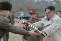 Lộ diện siêu xe Lexus mới của ông Kim Jong Un trong bức ảnh trao súng