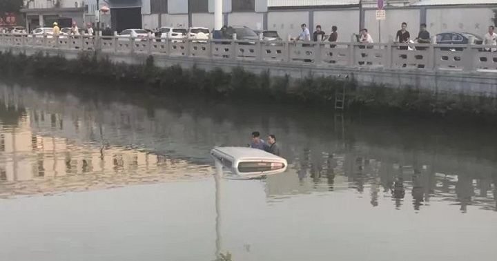 Nam thanh niên đạp nhầm chân ga, xe lao xuống sông