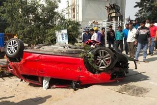 Xe Volkswagen bay từ cầu vượt xuống đường, đè trúng người phụ nữ