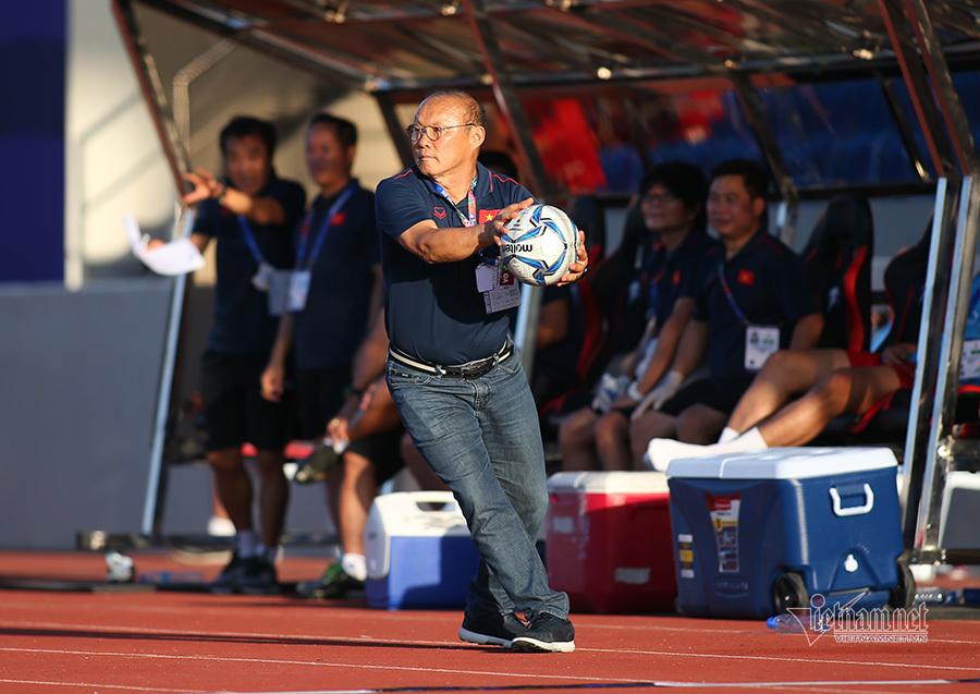 Thầy Park nổi cáu với trọng tài, bắt bóng như diễn xiếc