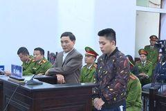 Giật micro phát biểu, 2 người đàn ông ở Thanh Hóa bị đi tù