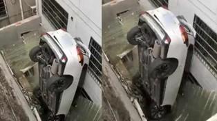 Đạp nhầm chân ga, tài xế lái xe SUV lộn ngược lên mái nhà người dân