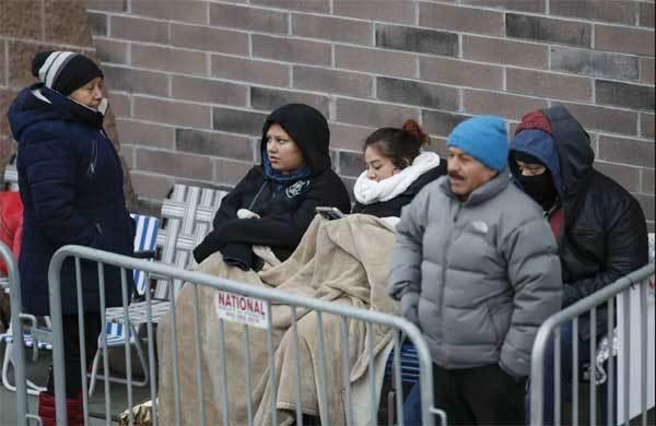 Khách đắp chăn chờ cửa hàng đại hạ giá vào 'Thứ Sáu đen'