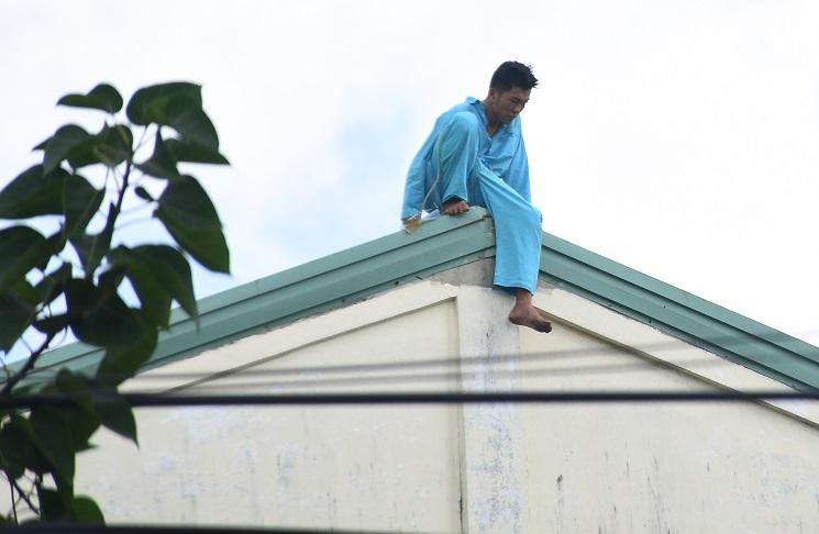 Người đàn ông tự cắt 'của quý' ở Đà Nẵng lại leo nóc bệnh viện la hét