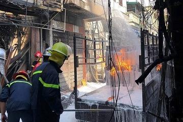 Cảnh ô tô chở gas cháy ngùn ngụt giữa khu dân cư Hà Nội