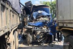 5 xe tông nhau bươm đầu ở Sài Gòn, phụ xe chết kẹt trong cabin