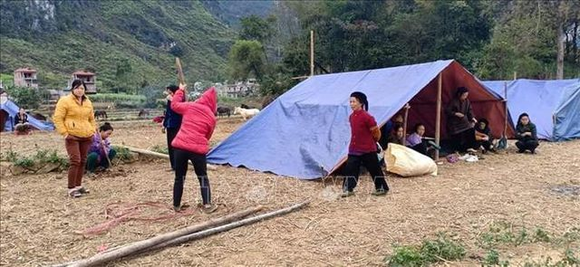 People sleep outside after Cao Bang earthquakes