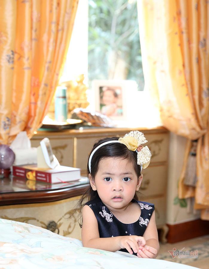 Vũ Cẩm Nhung khoe con gái 2 tuổi như búp bê