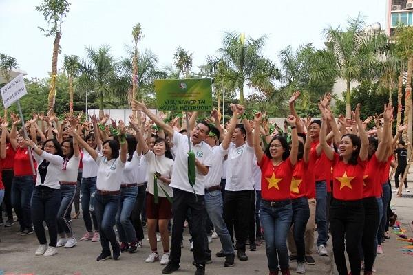 Gần 1000 sinh viên Hunre nhảy Flashmob phát động chiến dịch Giảng đường xanh