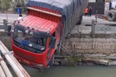 Hỏng phanh, xe tải tông lan can, suýt rơi xuống sông