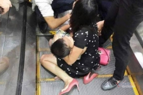 Thang cuốn trung tâm thương mại kẹp đứt ngón chân bé trai ở Quảng Ninh