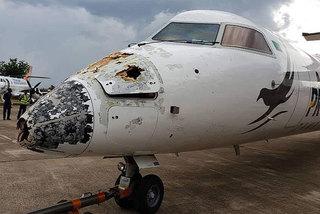 Bị sét và mưa đá đánh nát đầu, máy bay vẫn hạ cánh ngoạn mục