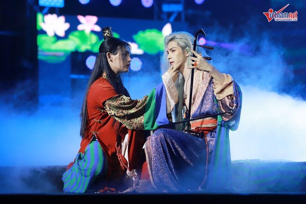 ZICO quậy tưng bừng, Nguyễn Trần Trung Quân gây sốc với nụ hôn đồng tính