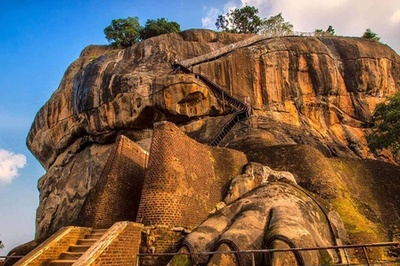 Pháo đài cổ trên đỉnh cột đá cao 300 m
