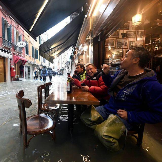 Mải mê 'tự sướng' giữa cảnh lụt lội, du khách sẩy chân rơi tõm xuống nước