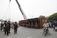 Cố băng qua đường sắt, xe container bị tông đứt đôi ở Hà Nội