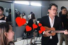 Nhạc sĩ Đức Huy hát 'Và tôi cũng yêu em' khiến vợ kém 44 tuổi ngại ngùng
