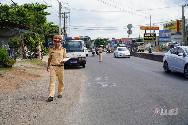 Ô tô làm rơi 2 học sinh xuống đường đã hết hạn kiểm định