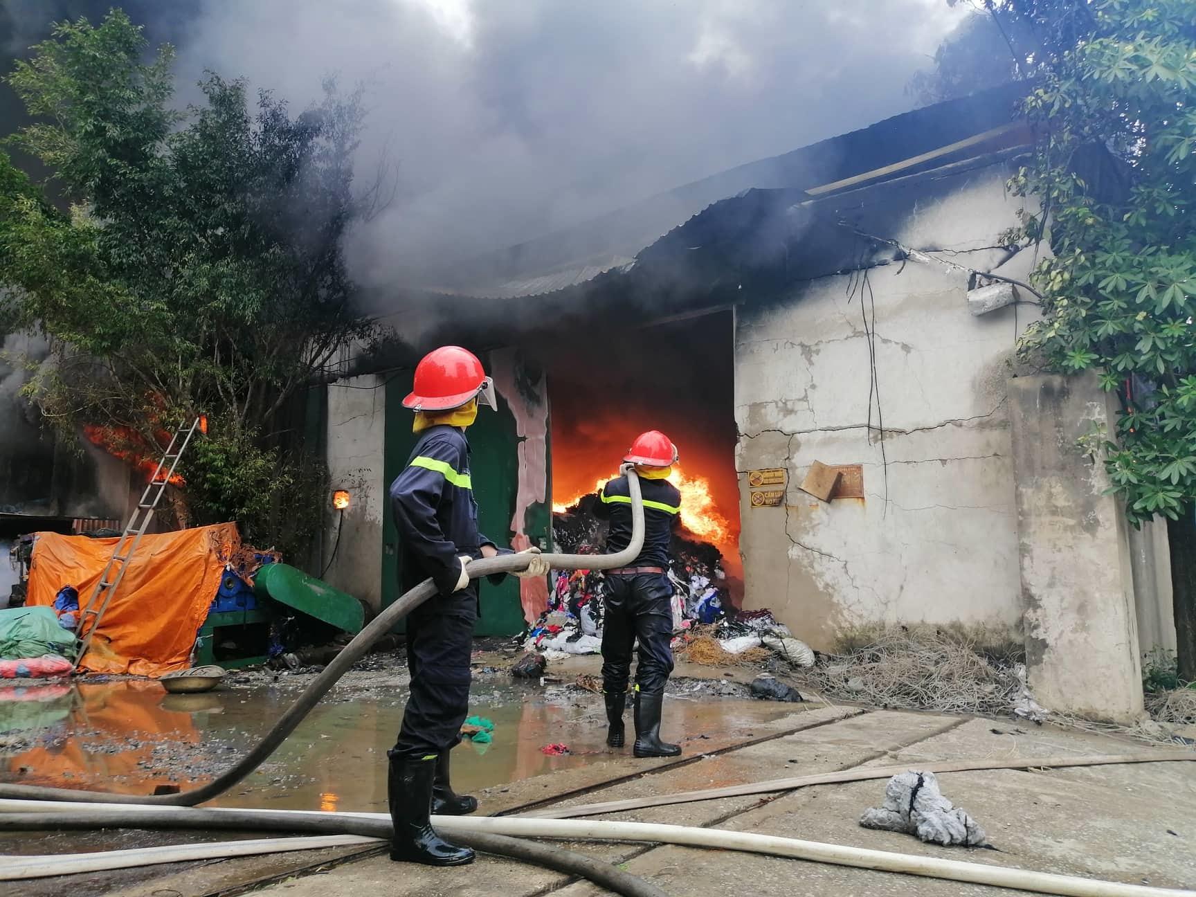 Xưởng chăn ga, gối đệm ở Hà Nội bốc cháy ngùn ngụt
