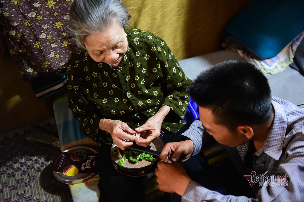 Chàng trai nghèo chở mẹ đi nhặt phế liệu khắp Sài Gòn