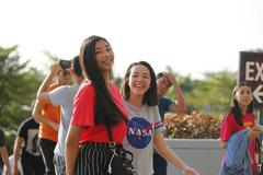 Thiếu nữ Philippines khoe sắc, rộn ràng khai mạc SEA Games
