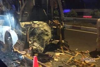 Ô tô khách nát đầu sau cú tông của xe container trên cao tốc, 3 người nguy kịch