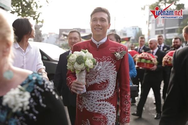 Chồng Tây diện áo dài Việt đưa dàn phù rể ngoại tới rước Hoàng Oanh