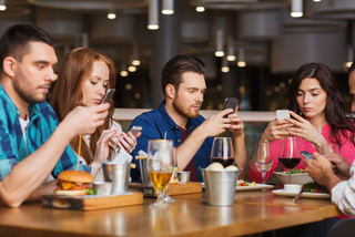Báo động, 1/4 giới trẻ nghiện điện thoại như nghiện thuốc phiện