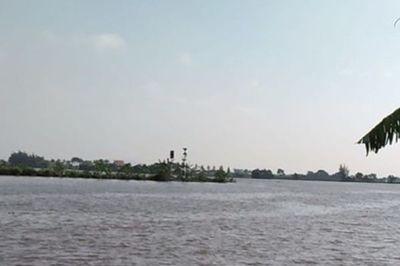 Tàu chở gạch chìm trên sông Văn Úc, nhiều người mất tích