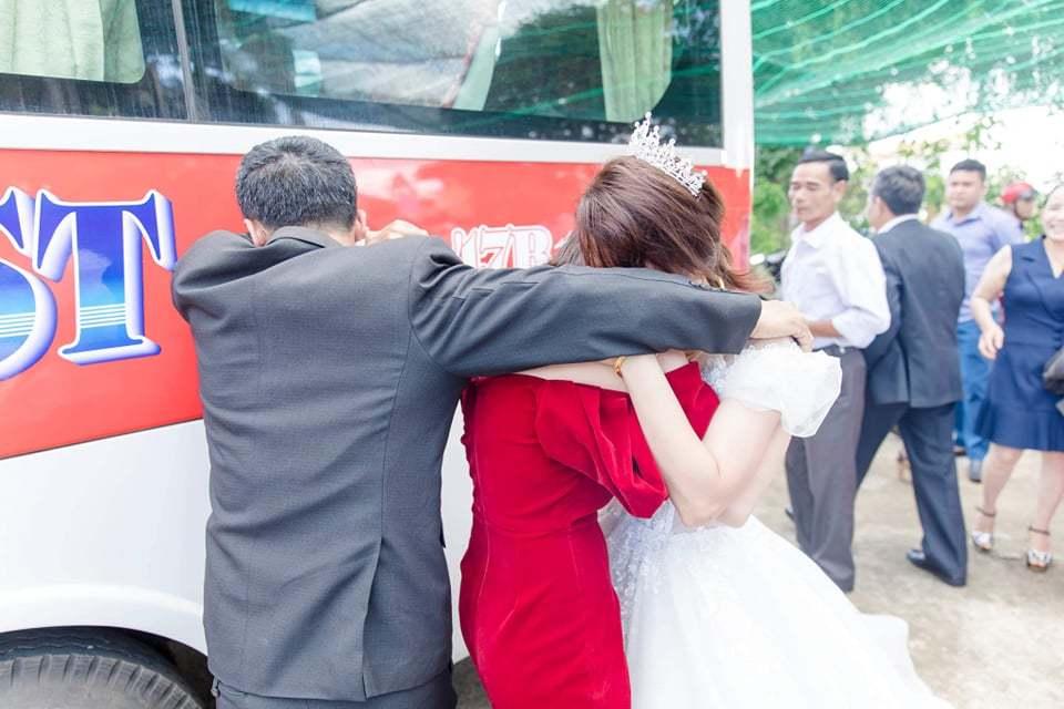 Cảm động giây phút ông bố Đắk Lắk tiễn con gái về nhà chồng
