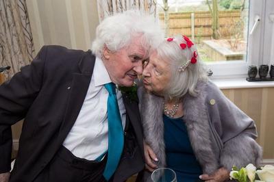 Bà lão cưới người vô gia cư mình từng giúp đỡ 40 năm trước