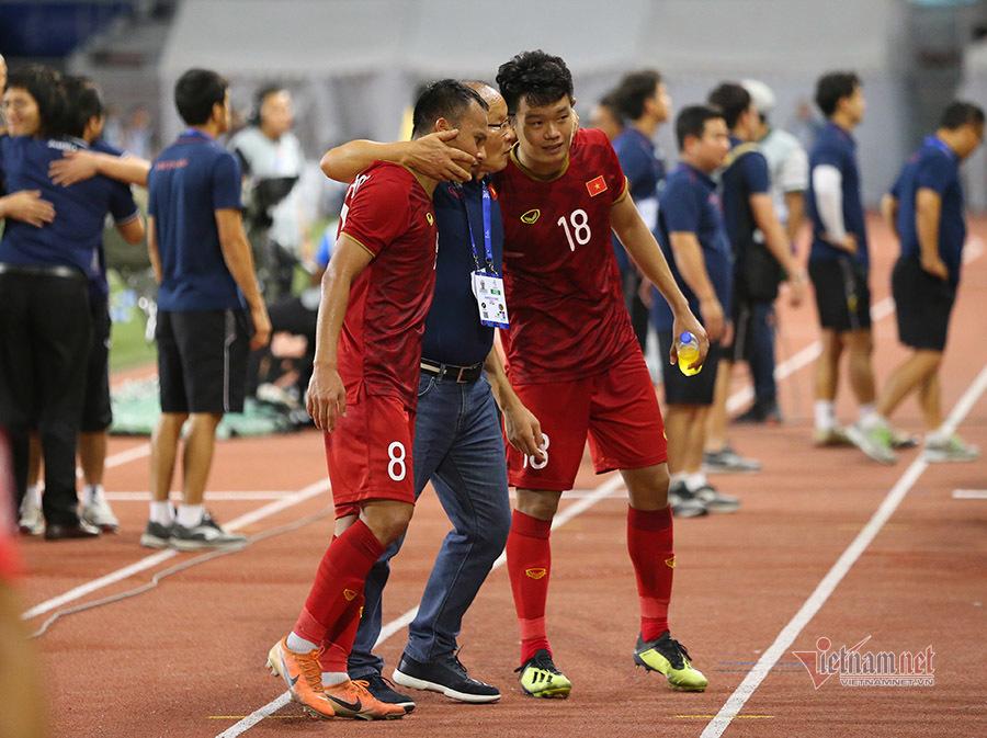 Thầy Park ôm học trò, dặn điều 'đặc biệt' sau khi thắng Indonesia