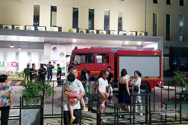 Hỏa hoạn chung cư ở Sài Gòn, cư dân hoảng loạn tháo chạy