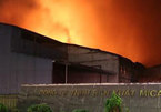 Công ty nhựa bất ngờ bốc cháy dữ dội trong đêm