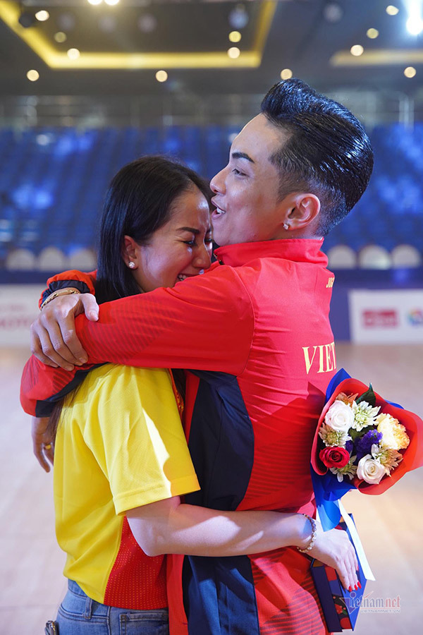 Khánh Thi khóc nức nở khi chồng kém 12 tuổi giành HCV tại SEA Games