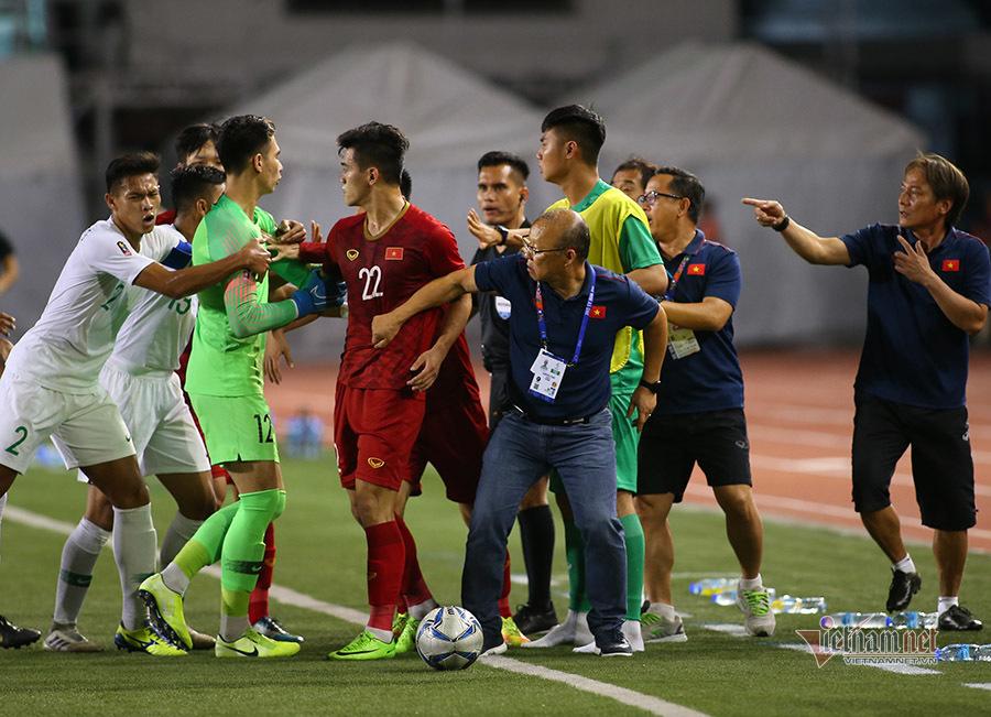 Khoảnh khắc thầy Park 'dằn mặt' cầu thủ Indonesia, bảo vệ học trò